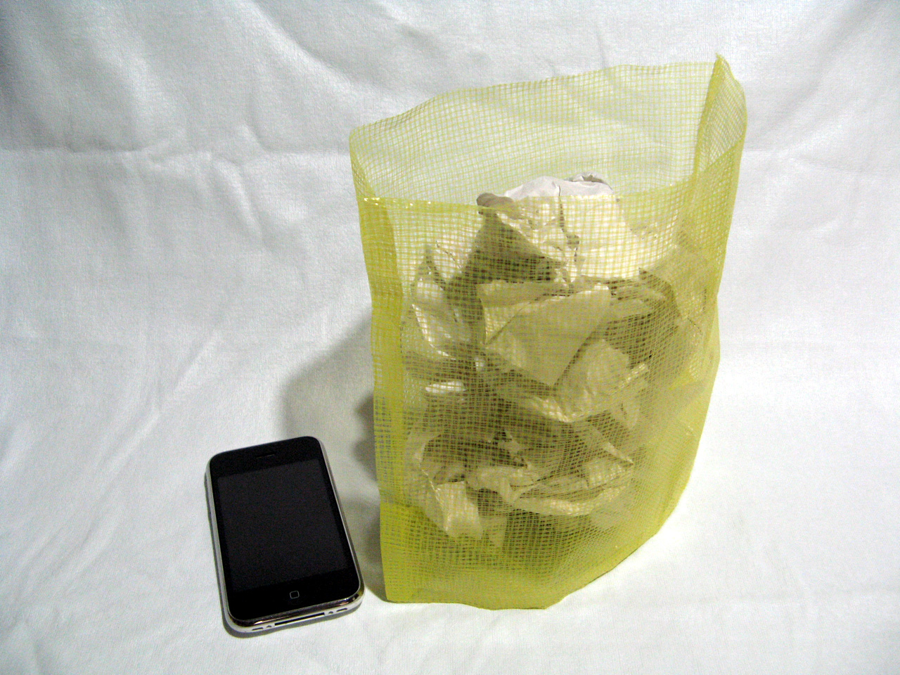 横25×縦20×マチ6cmと容量も大きい。中に入れたゴミ自体の重量で立てたときの安定感も増す
