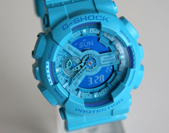 最近流行の同系色コンビネーションのカシオらしい腕時計だ
