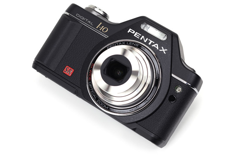 ペンタックスのOptio I-10。一眼レフ風味溢れるデザインのコンパクトデジカメだ。2010年4月現在の実勢価格は2万3000円前後