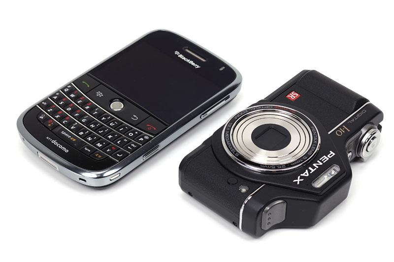 BlackBerry Boldと並べてみた。双方、似たような携帯感である