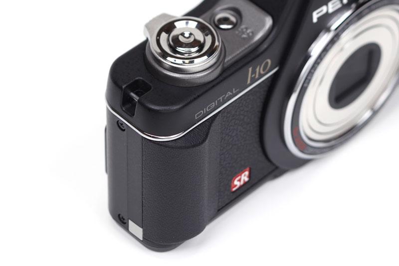 シャッターボタン近くにある小さなグリップ部。僅かな出っ張りだが、カメラ保持~操作時の安定感を明らかに高めているように感じる