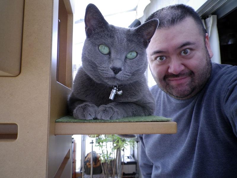 拙者が自分撮り的に撮影した拙宅猫うか様とのツーショット写真。ペットが正面顔をカメラに向けると自動認識/撮影し、さらにレンズの広角側が28mm相当であるOptio I-10ならでは成果だと言えよう