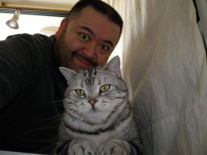 ひとりでこういったツーショット写真をビシバシ撮れるので、愛猫家や愛犬家としてはタマラネエと言えよう