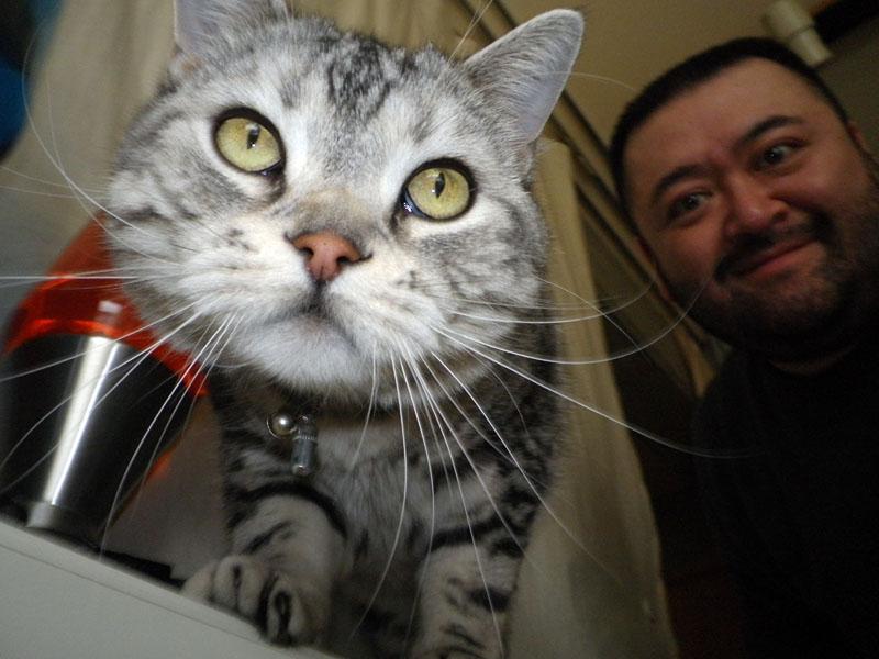 ときにはこのようにペット顔がどアップになることも。こーゆー写真もまた楽しいが……拙者が背後霊みたい!?