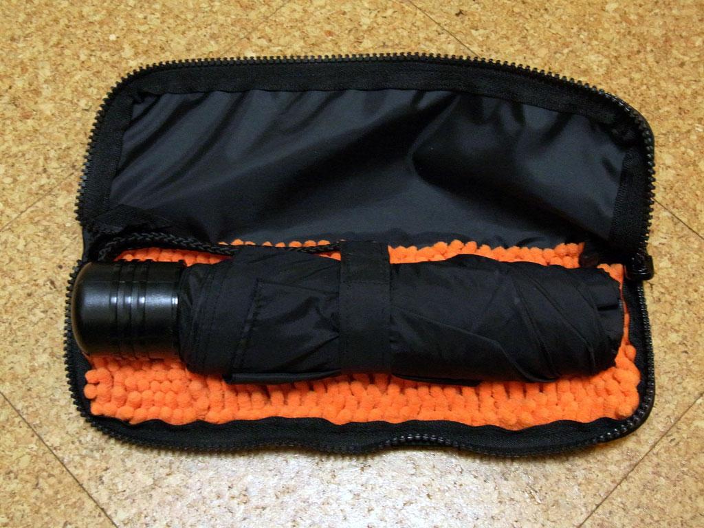 ケースの外形サイズは約28×10cm(ファスナーオープン時)。収納できる傘のサイズは、折りたたみ時で全長24cm、周囲の長さ17cmまでだ