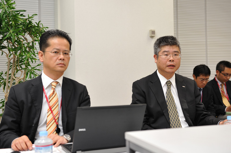 NTTドコモ 企画調整室 担当部長の梶原弘道氏(左)、企画調整室長の古川浩司氏(右)