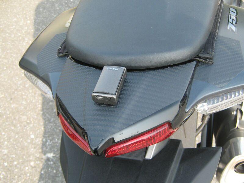 取り付け場所は、できるだけ遮られない部分に。自動車ならルーフトップ、バイクならテールカウルがよさそう