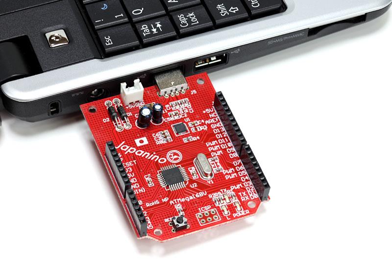 パソコンのUSBポートにJapaninoを直接挿せるようになっている。USB延長ケーブルを使えば、USBポートとJapaninoを離せる
