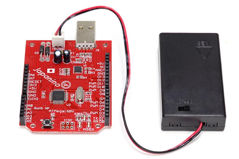 単4形電池×3本が入る電源スイッチ付きの電池ボックスも付属する。もちろんJapaninoに直接接続できる