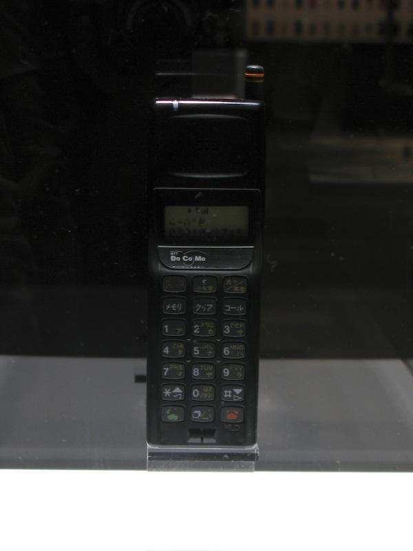 ムーバP。現在の携帯電話にサイズも似ているが、キー配置は大きく違う