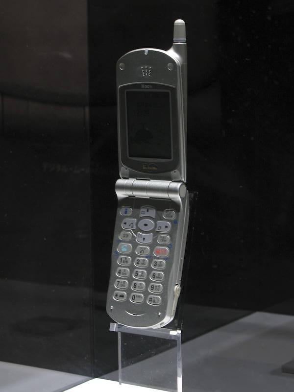 N501i。続くN502iとカラー化したN502itは大型液晶で人気を博した