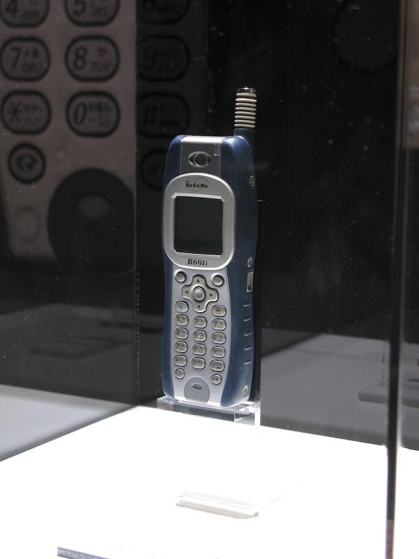 R691i。後にカラー液晶搭載で「浮く」モデルのR692iも登場している