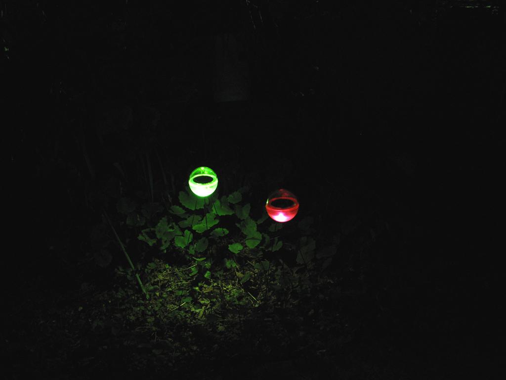 闇の中でじんわりと光る。球体が浮いているようで初めて見るとちょっと驚く
