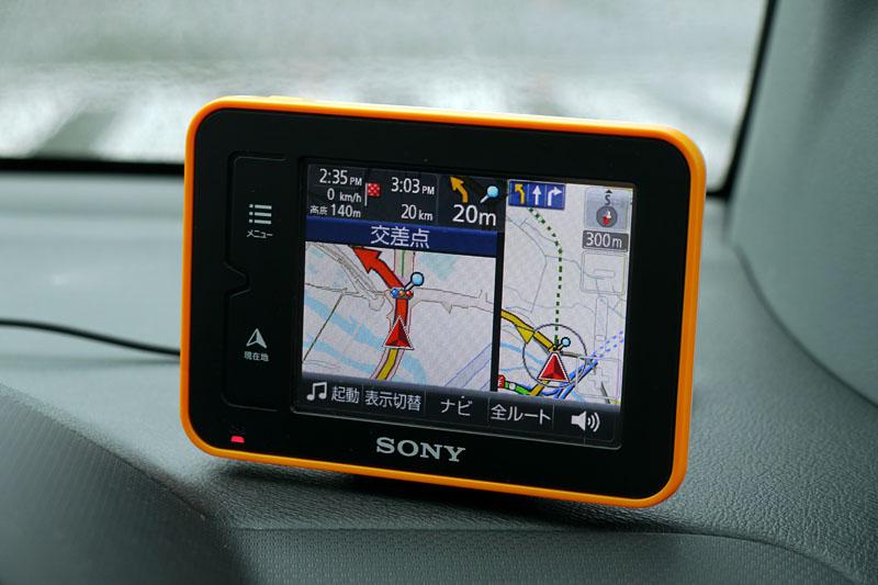 ソニーのnav-u/NV-U35。いわゆるPND(ポータブルナビゲーションデバイス)で、まずは取り付けの手間最小限のカーナビとして使える
