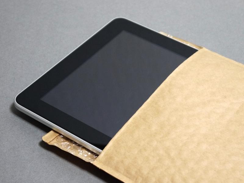 iPadを収納している様子。軽量なので持ち歩きに向く
