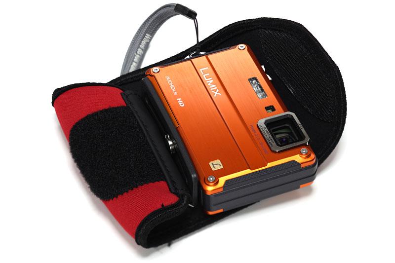 パナソニックのDMC-FT2(デジカメ)とLoweproのD-ラップ(保護カバー)。そもそも頑丈なデジカメを、さらに衝撃から保護!!