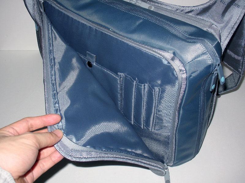 側面ポケットはナナメから開くやや特殊な方式だが、使い勝手は悪くない