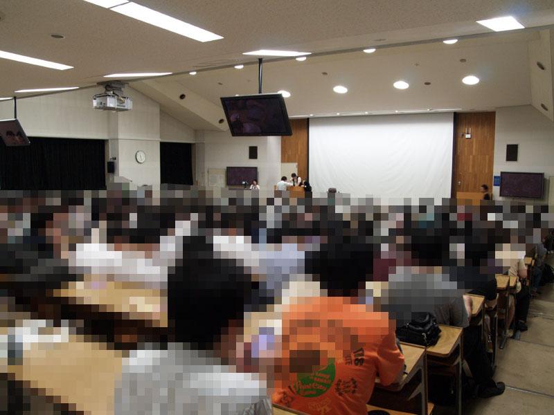 講演会場はほぼ満席で、立見の来場者も出るほどの盛況だった