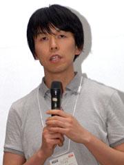 KDDI サービス・プロダクト企画本部の上月勝博氏。「IS01は最初メガネケースと言われてしまったが」と振り返りながらも、実機を触ればきっと良さが伝わると呼びかけた