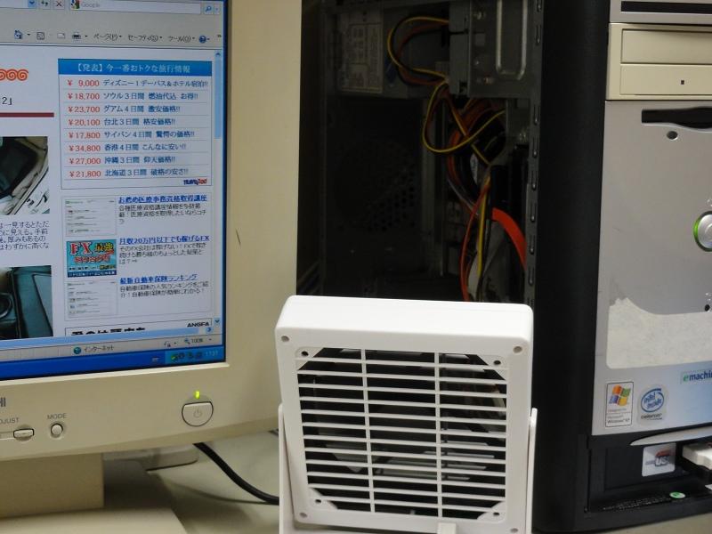パソコンケースのフタを開け放ち、内部に風を送って冷やす。マグネットなのでケース内に固定することもできる