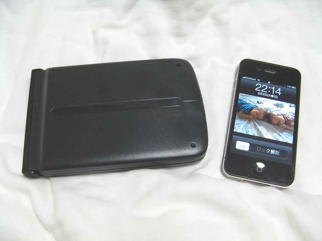 折りたたむと文庫本一冊分くらいのサイズになり、携帯性が高い