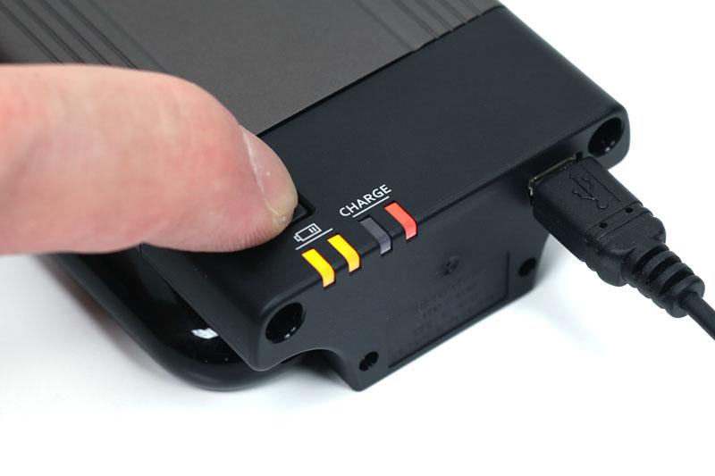 ボタンを押せばLEDが点灯し、おおまかな電池残量を知ることができる