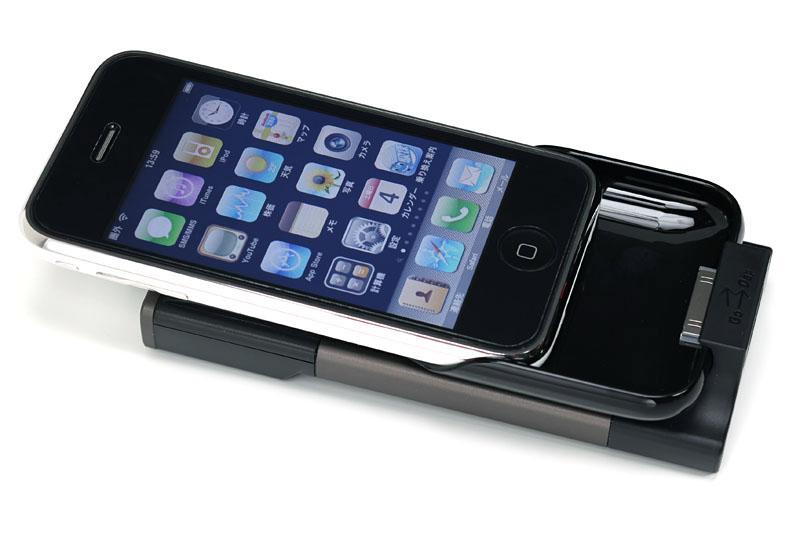 GO-DAPのポケットパーツ部にiPhone 3G/3GSをスライドさせて押し込む感じで合体させる
