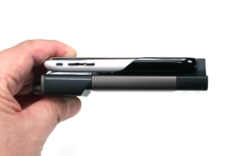合体後の厚みはこんな感じ。iPhone 3G/3GSが2台分って感じですな