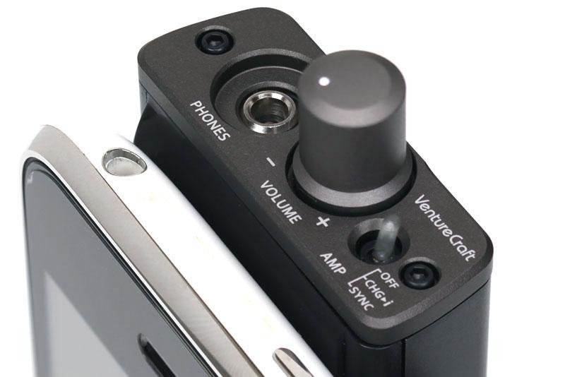 スイッチは小さなトグルスイッチ。OFF、CHG>i(iPhoneへ充電)、SYNC(iTunesとのシンクロナイズ)の3段階となる。OFF以外でヘッドホンアンプを利用できる