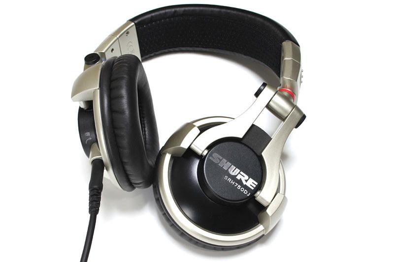 SHUREのSRH750DJ。音楽製作をする人などによく向くと思われるステレオヘッドホン。これもまたモニター指向が強い製品だ