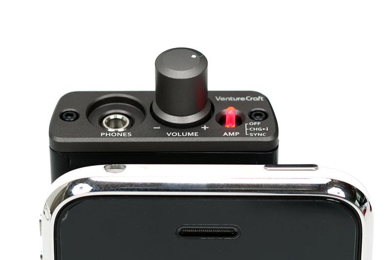 GO-DAP使用時、本体上部に操作部や接続部が集まるので操作しやすい。iPhone 3G/3GS単体使用時と比べての違和感も少ない