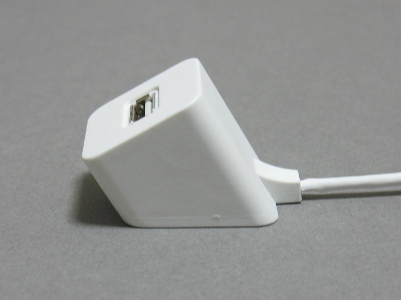 USBポートが台座と一体化していることから、机上で位置を固定しやすいのが大きな特徴だ。抜いた際にケーブルが机の裏側に落ち込んでしまう危険性も少ない
