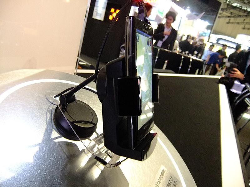 側面部、スマートフォンのサイズに合わせて挟み込む部分を伸縮調節する