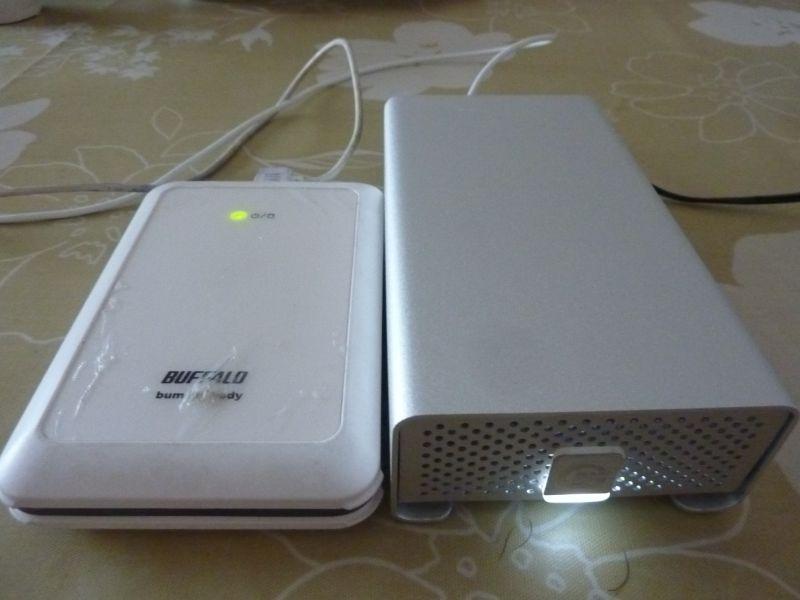 一般的な2.5インチのポータブルHDD(左)とサイズを比較。結構小さくないですか?