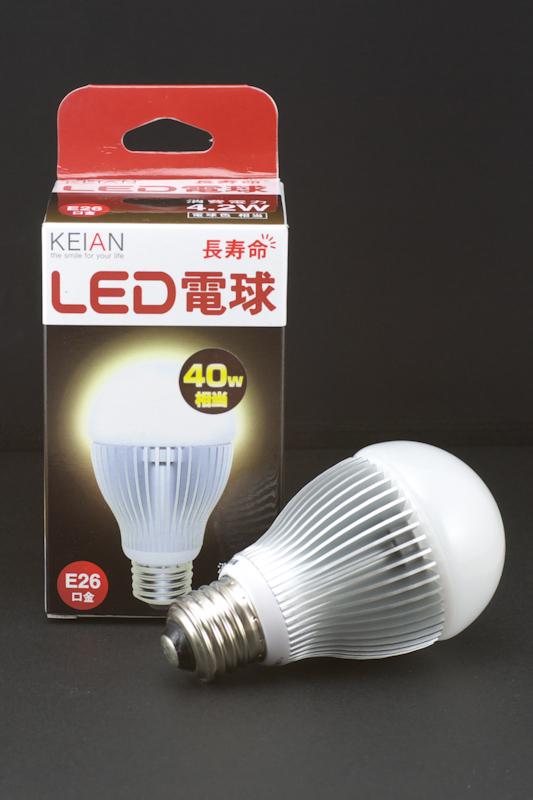 自作系PCパーツの商社として有名なKEIAN(恵安)ブランドのLED電球。4.2Wの消費電力で白熱電球40W相当となっている
