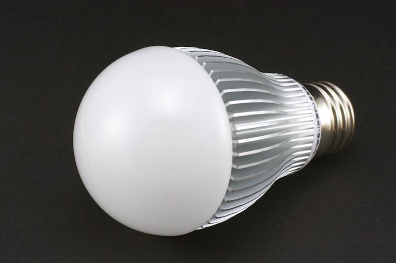 電球色タイプだが電球のガラスは白色。ヒートシンク部分の造りがとても綺麗だ