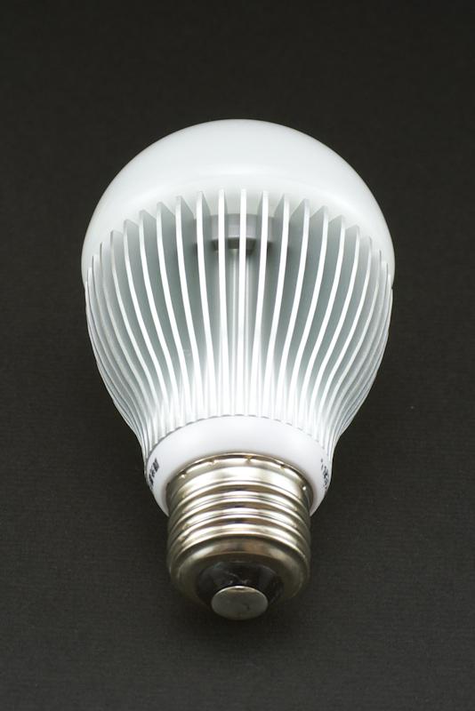 口金はE26タイプで、一般的な白熱電球の置き換えとして使用できる。ソケットに続く首の部分が白熱電球より少し太いので照明器具によっては干渉する可能性がある