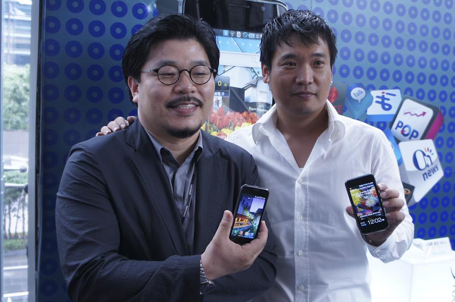 リ・ソンシク氏(左)とリ・ミンヒョク氏(右)