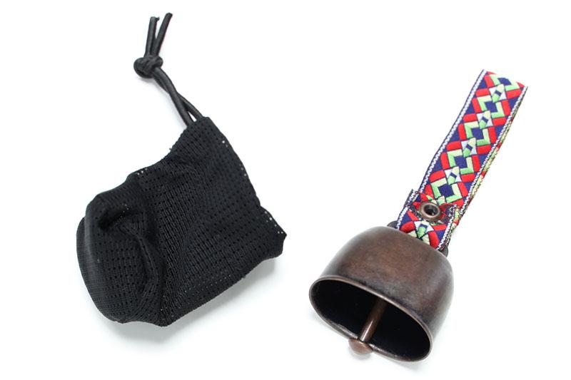 買ったのはモンベルのカウベルと消音ベルケース。消音ベルケースにカウベルを入れると、カウベルの振り子が磁石で固定され無音になる
