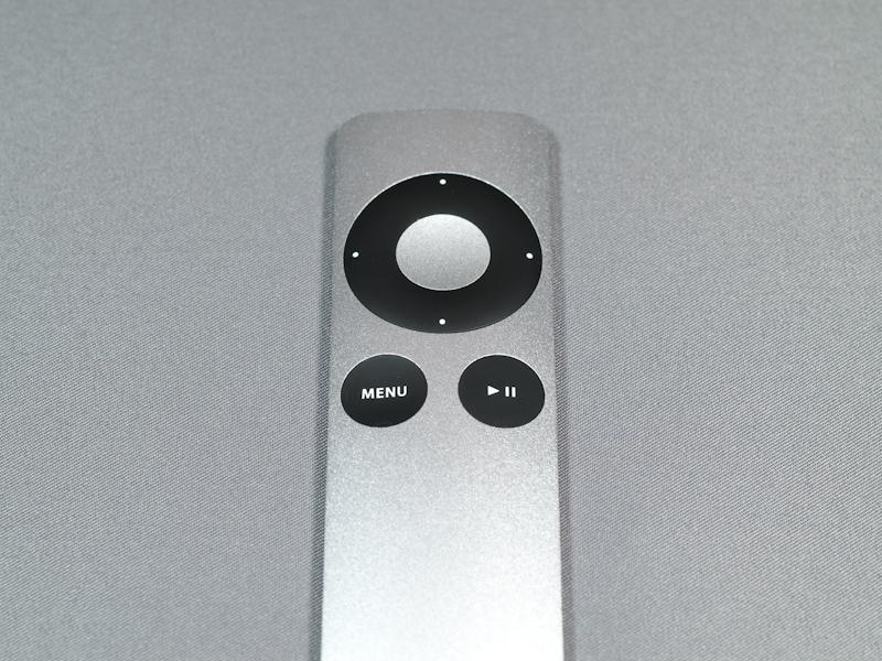 リモコンの操作部も最低限のボタンがあるのみでとてもスタイリッシュだ。ドーナツ形4方向キー中央のアルミ部分は決定キーになっている