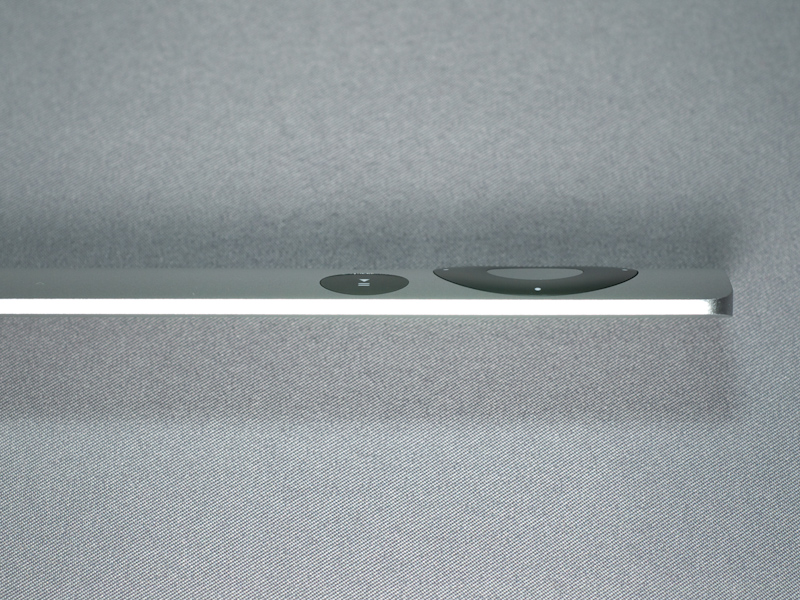 リモコンは極めて薄くエッジ部分は1.5mmほど、中央部でも5mmほどしかないが、ボタンのクリック感はしっかりしている
