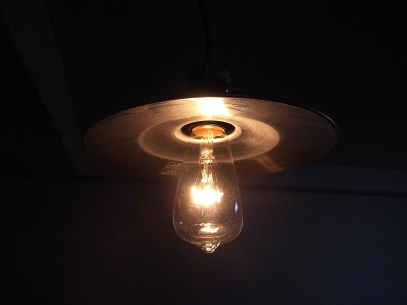 柔らかな光を放つ、レトロな「後藤照明」のアルミセード型ランプ