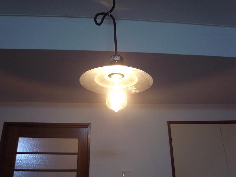 柔らかい光ながら結構明るい。交換用の電球も注文可能だ
