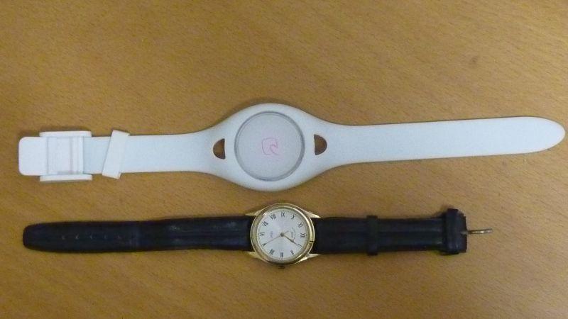 e-money band(上)。下は一般的な腕時計