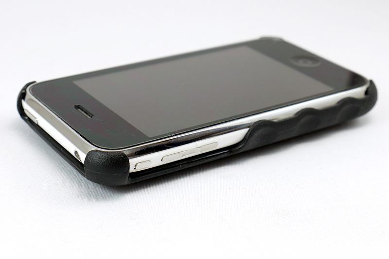 iPhone 3G/3GS用を装着したところ。ボタン操作に影響なし