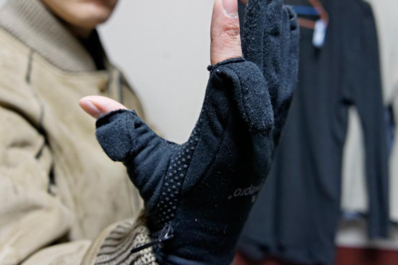 親指と人差し指だけ顔を出すタイプの手袋。カメラだけでじゃなく、ケータイなどの扱いにも強い