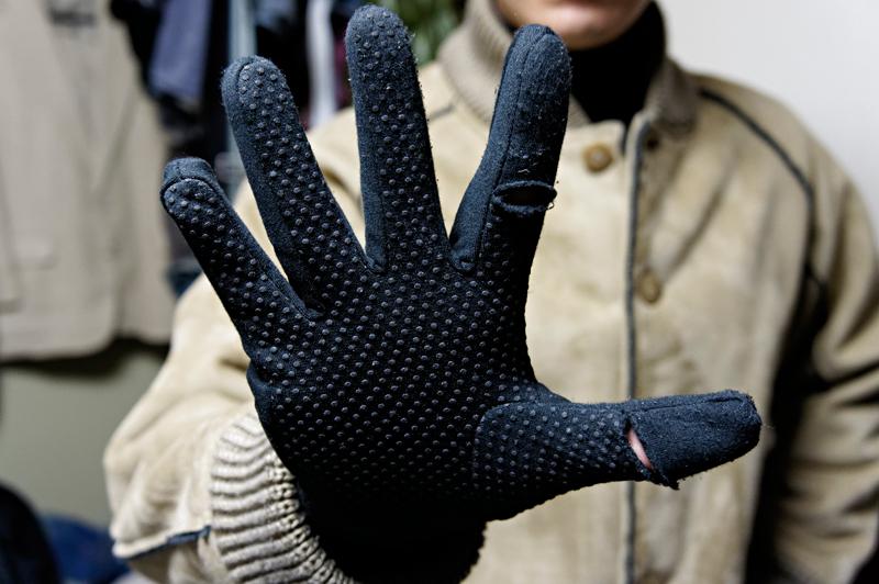 手袋の状態。親指と人差し指の一部が露出する