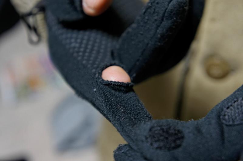 手袋の先端を引っ張って、指先を露出させるシンプルな構造