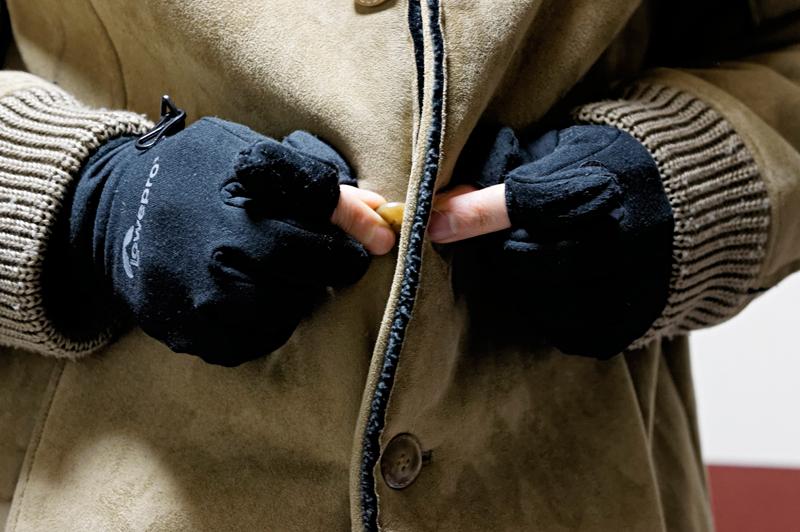 手袋を装備したまま、コートのボタン止めができるというのは、冬場ではとてもありがたい