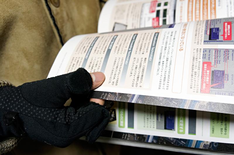 電車待ちのときに本を読むという人は多いと思う。そんなときにもこの手袋は活躍している